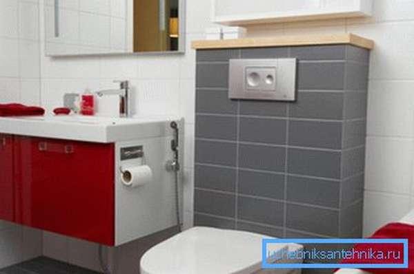 Раковина с гигиеническим душем расположена возле унитаза
