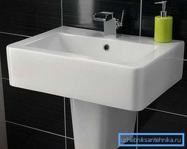 Раковина в ванной прикреплена к стене
