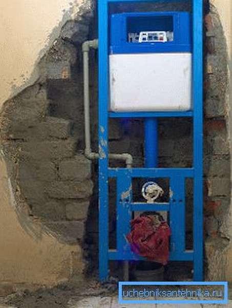 Рама устанавливается в нише в капитальной стене дома