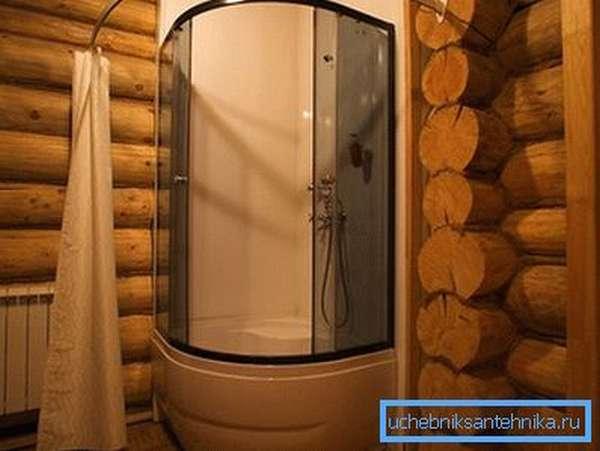 Расположенная в деревянном доме душевая кабина