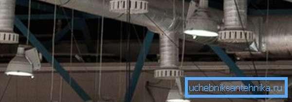 Расположенные под потолком вытяжные решетки удаляют наиболее нагретый и грязный воздух.