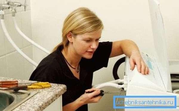 Разбираемся, как сделать слив стиральной машины в канализацию.