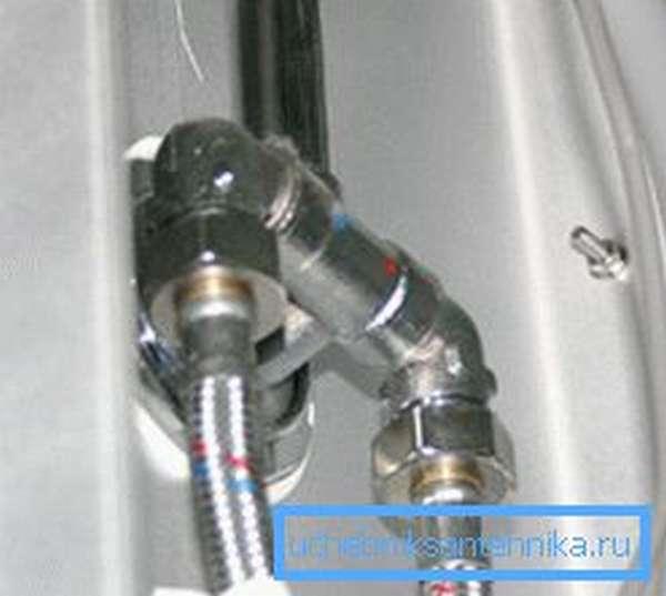 Различные модели адаптеров для присоединения шлангов гибкой подводки под прямым углом к трубам.