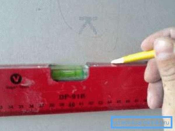 Размечаем линии прохождения трубопровода.