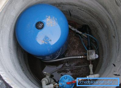 Размеры кессона для скважины позволяют поместить в нем насосное оборудование.