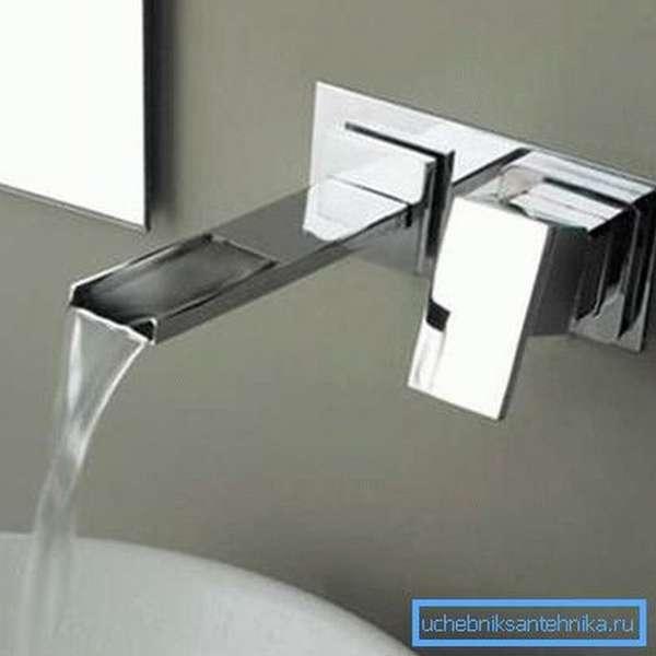 Размещение смесителя на стене позволяет экономить пространство