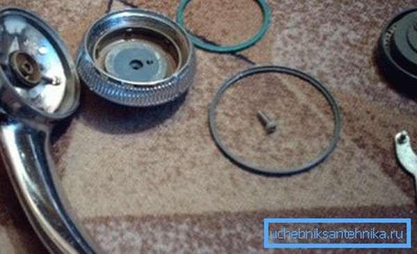 Разобранное для ремонта и чистки изделие