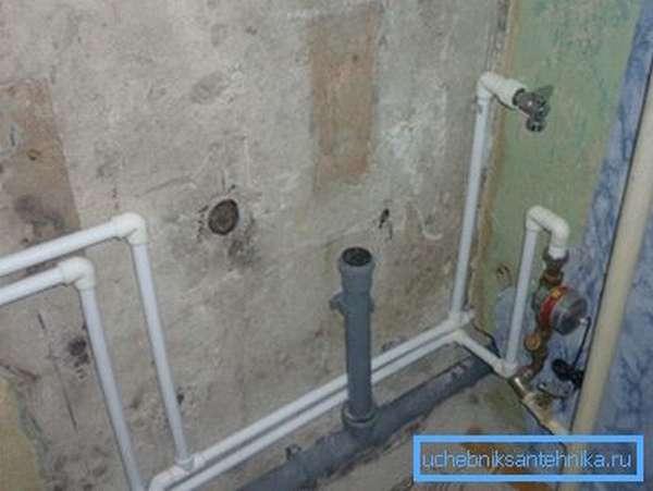 Разводка для подключения ванны и умывальника выполнена 50-миллиметровой трубой.