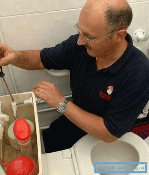 Регулировка слива воды в унитазе путём выставления положения рычага