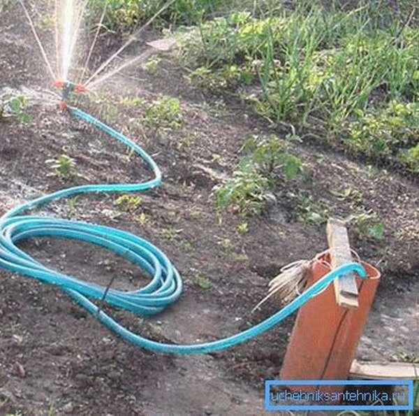 Регулярный полив огорода требует большое количество Н2О