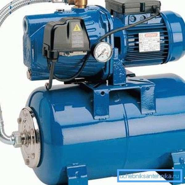 Реле давления расположено на корпусе помпы рядом с манометром.