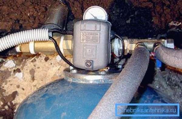 Реле давления установленное на гидроаккумуляторе.