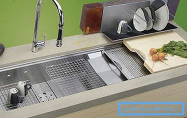 Решетки и разделочные доски – эти аксессуары для кухонной мойки сделают обстановку еще удобнее