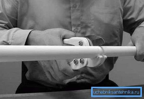 Резать удобно специальными ножницами