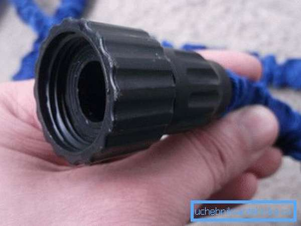 Резьбовое соединение шланга для подключения к крану.