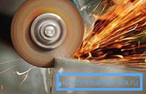 Резка металла – довольно трудоемкое занятие, требующее аккуратности