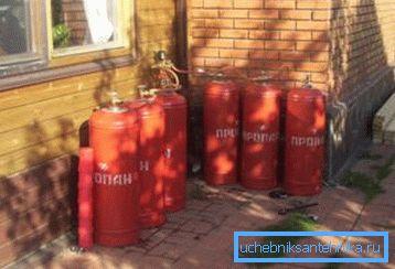 Роль газгольдера выполняют несколько газовых баллонов