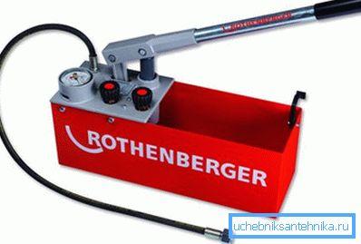 Ручной инструмент для гидравлических испытаний труб.