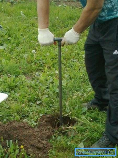 Ручным буром ямы делать очень удобно