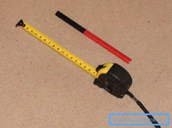 Рулетка с карандашом помогут нанести все необходимые отметки