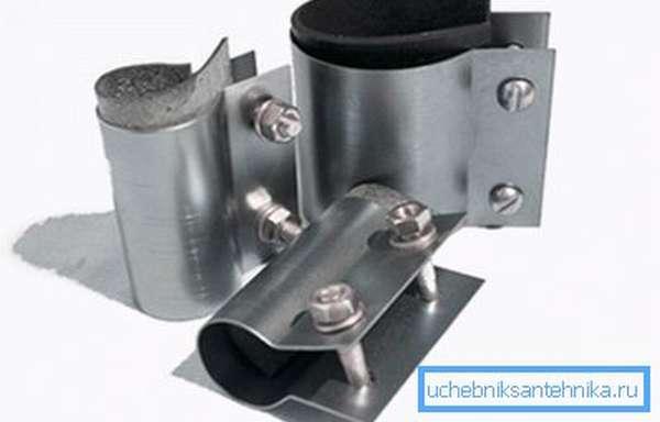 С-образные ремонтные хомуты используются преимущественно для трубопроводов небольшого сечения.