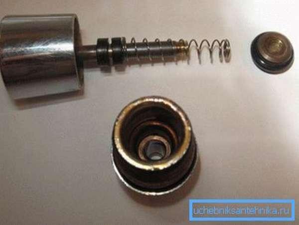 Сальник – это резиновое кольцо, стоящее на штоке и предотвращающее протечку воды через крепеж