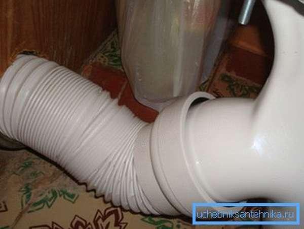 Самое слабое звено – пластиковый стык со стояком