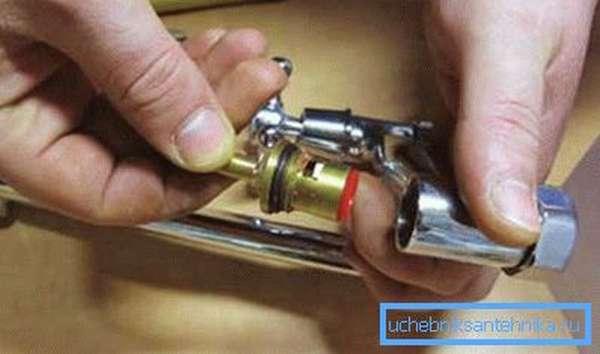 Самостоятельная замена данного сантехнического устройства обычно не представляет особого труда и не требует специальных навыков
