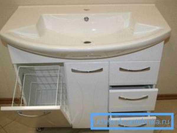 Самый простой и практичный вариант - установка раковины с тумбой в ванной