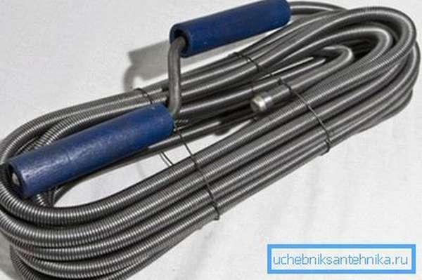Сантехнический трос поможет разрушить плотную и сложную пробку