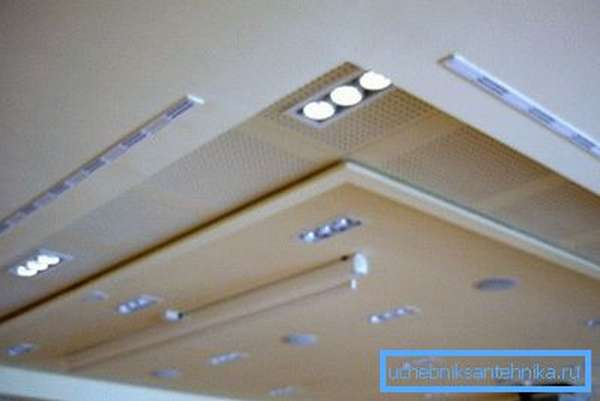 Щелевые диффузоры под потолком практически незаметны
