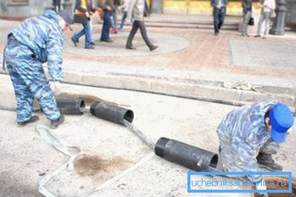 Сегменты трубопровода подтягиваются вслед за пробойником