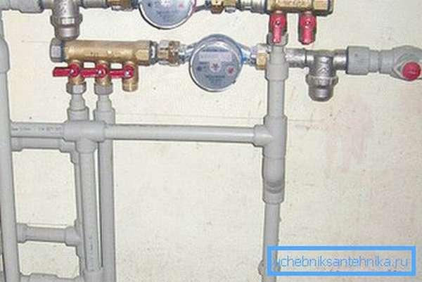 Сейчас все больше владельцев домов и квартир предпочитают использовать пластиковые трубы.