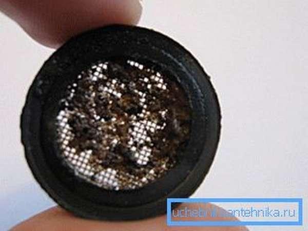 Сетчатый фильтр нужно регулярно чистить