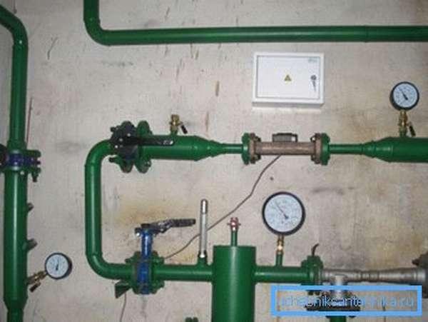 Шаровые вентиля заставили потесниться все прочие конструкции. Здесь они использованы при монтаже элеваторного узла.