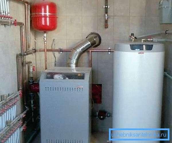 Схема закрытой системы отопления может включать в себя два котла, работающих на разных видах топлива, это позволит гарантировать, что в доме будет тепло даже при поломке одного из теплогенераторов