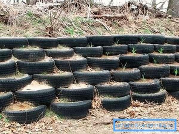 Шины для укрепления дренажной канавы