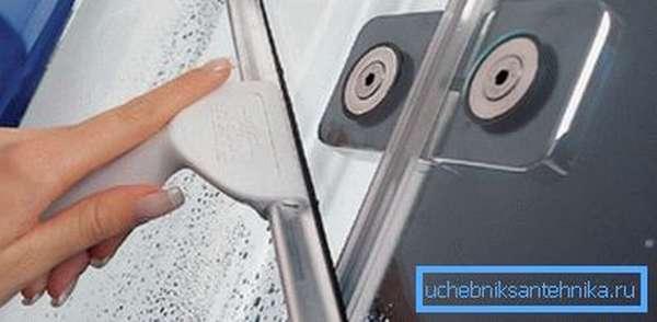 Широкий скребок с резиновой вставкой неплохо себя зарекомендовал при чистке стеклянных поверхностей