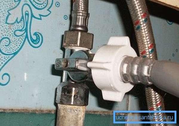 Шланг для подключения стиральной машинки можно использовать, чтобы размыть пробку.