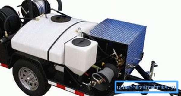 Система устранения заторов в канализации, помещенная на специальный прицеп для удобства транспортировки