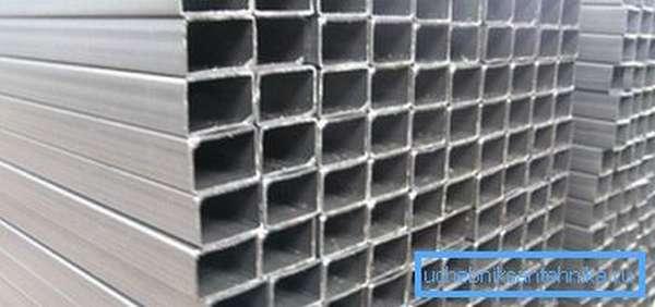Складское хранение электросварной профильной трубы.