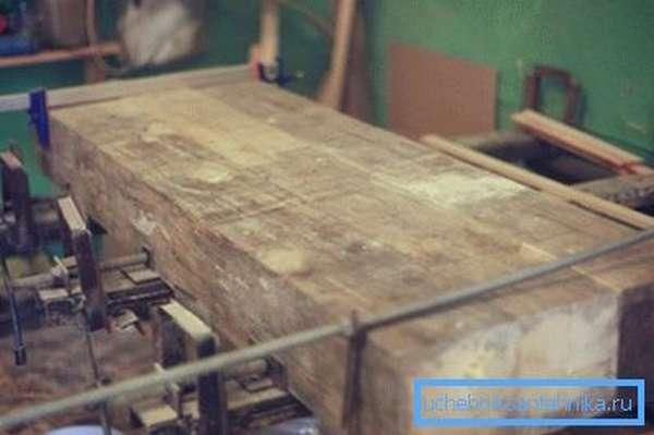 Склеенные между собой деревянные брусы
