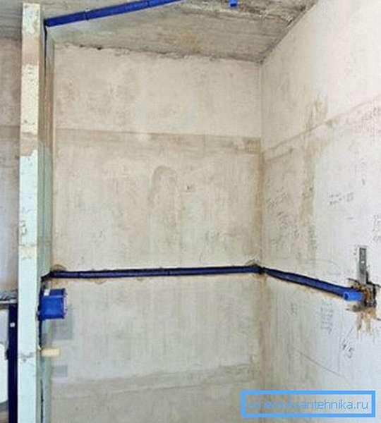 Скрытие труб в бетонных стенах.