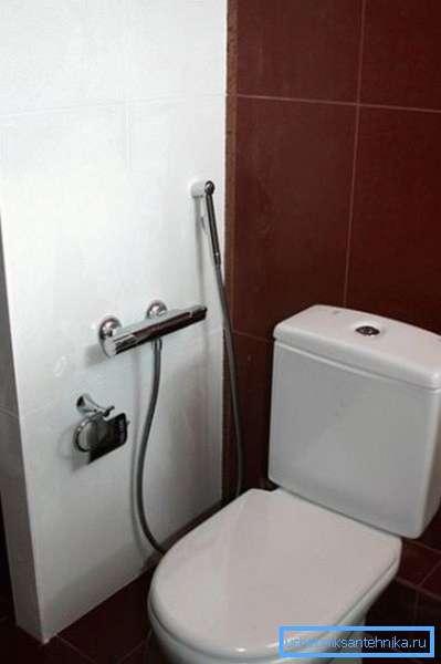 Скрытый монтаж смесителя для гигиенического душа в туалетной комнате