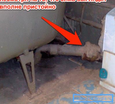 Следы появления течи на месте соединения чугунных труб