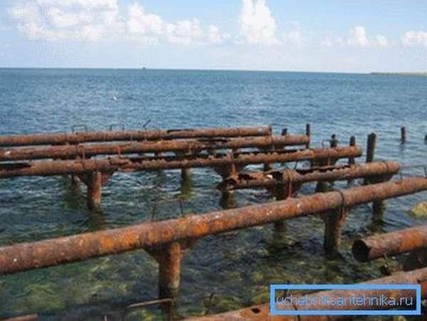 Слишком ржавые материалы или трубы, которые имели контакт с соленой водой, для подобного строительства лучше не использовать, поскольку они могут иметь внутреннюю коррозию