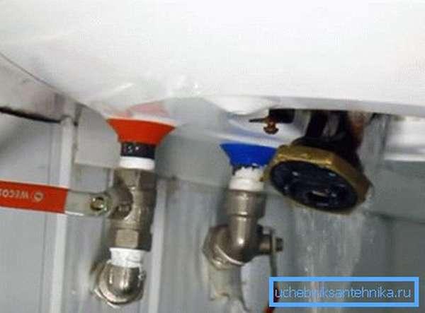 Слить воду можно и в процессе демонтажа ТЭНа