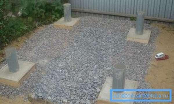 Сливную яму можно заполнить щебнем вровень с поверхностью земли