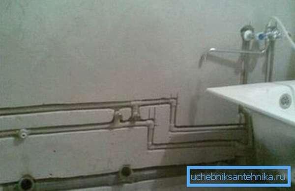 Сливные трубы также можно спрятать в стене