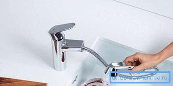 Смеситель для раковины с выдвижным изливом удобен для мытья посуды